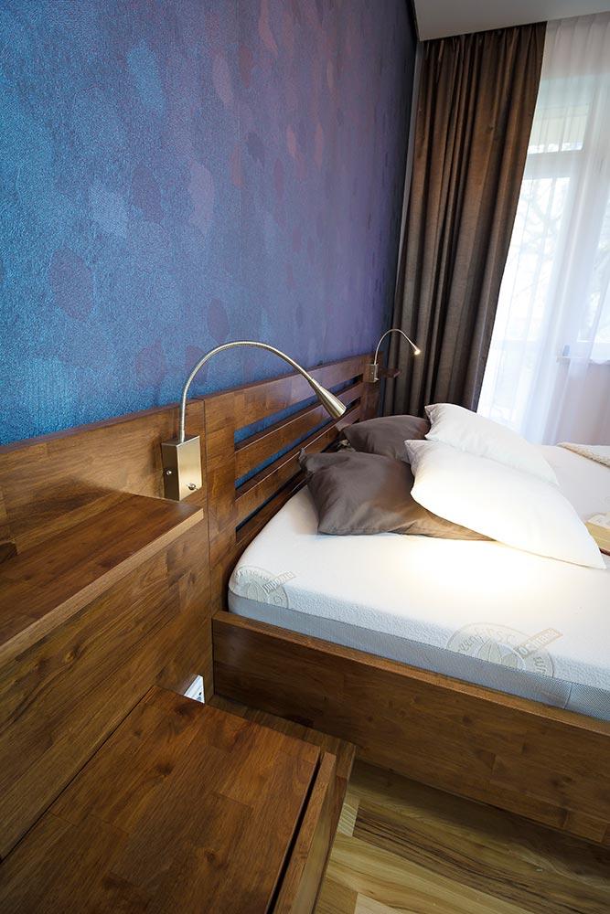 Masivní a krásná, tak by se dala charakterizovat tato postel z malajského dubu.